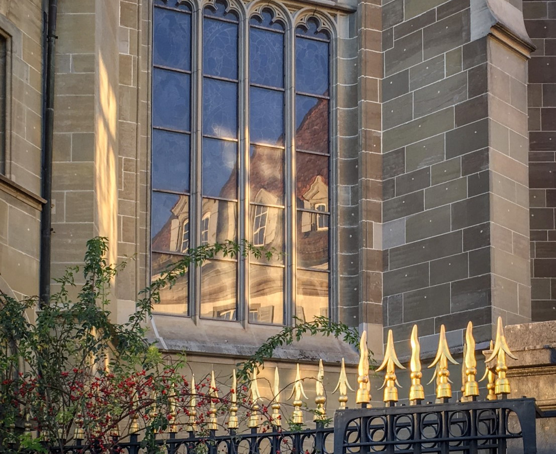 Spiegelungen in den Fenstern vom Berner Münster