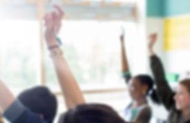 Jugendkursteilnehmer, die Hände anheben