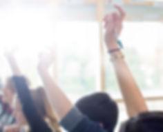 Nastoletnie Studenci podniesienie rąk