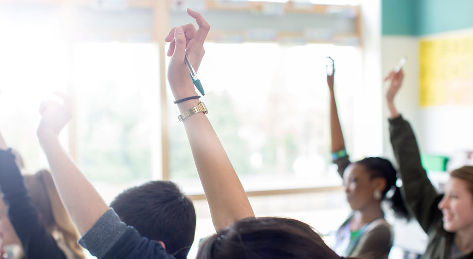Les élèves adolescents à main levée