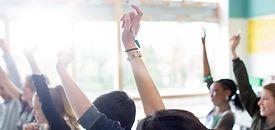 Estudiantes adolescentes que levanta las