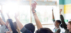 Tonårs studenter höja händerna