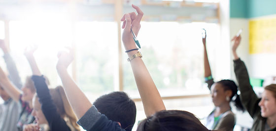 Подростковые Студенты поднятием рук