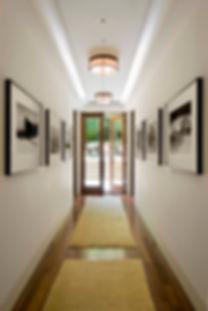 Установка электроустановочного обоудования JUNG в коридоре