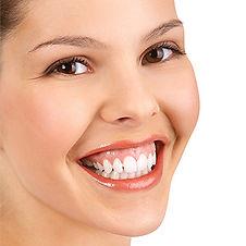ยิ้มเห็นเหงือกแก้ไขได้ด้วยโบท้อก ยิ้มเห็นเหงือกมากเกินไป อาจทำให้เสียความมั่นใจไม่อยากโชว์รอยยิ้มเต็มที่ สามารถแก้ไขได้ด้วยการฉีดโบท้อก เพือลดการทำงานของกล้ามเนื้อดึงริมฝีปากบน ให้ทำงานน้อยลง เป็นรอยยิ้มที่กำลังพอดี ดึงความมั่นใจในการยิ้มกลับมา ขั้นตอนในการแก้ไขรอยยิ้มเห็นเหงือกด้วยโบท้อก ? โดยการฉีดโบท้อกลงที่กล้ามเนื้อเพียง 2 จุด โดยใช้น้ำแข็งประคบช่วย รวมขั้นตอนไม่เกิน 15 นาทีก็สามารถแก้ไขปัญหายิ้มเห็นเหงือกที่กวนใจได้ การดูแลหลังทำการรักษา ทำท่ากายบริหารตามคำแนะนำแพทย์ทันทีเฉพาะหลังฉีด งดนอนราบ 4 ชม งดนวดหน้า 2 สัปดาห์ ผลการรักษาอยู่ได้นานแค่ไหน ? แตกต่างกันในแต่ละบุคคล ขึ้นกับขนาดกล้ามเนื้อ การทำงานของกล้ามเนื้อ ความเร็วของร่างกายในการสลายของยา โดยทั่วไปจะอยู่ได้ประมาณ 4-6 เดือน