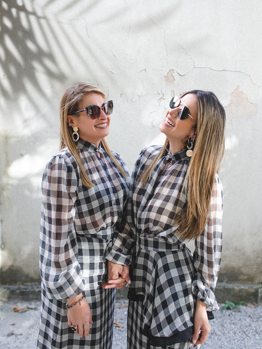 Modelos da #collab Mãe e filha usando looks by Almada Brand