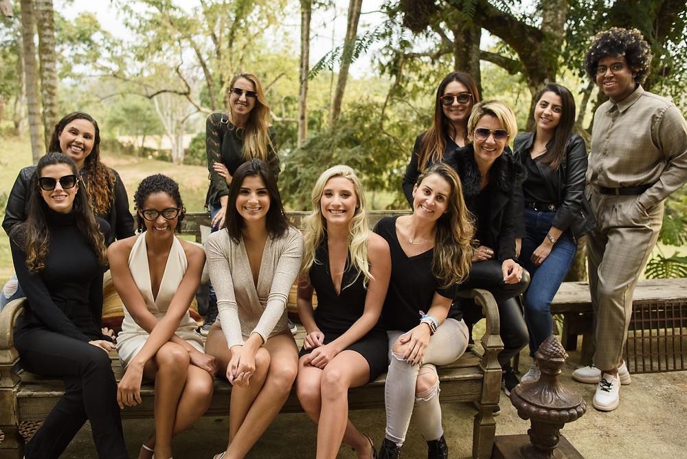 Equipe de produção do editorial #óticaskika10anos com as modelos.