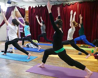 cours collectif de vinyasa yoga adulte posture de la grand fente
