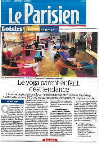 une page de journal le parisien avec des parents et des enfants en train de faire du yoga ensemble