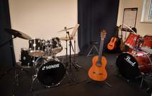 Musikraum mit Schlagzeug