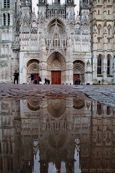 La place de la cathédrale Notre-Dame de Rouen.