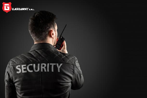 hombre-seguridad-sostiene-walkie-talkie_