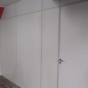 sala concluída com divisórias semi-novas