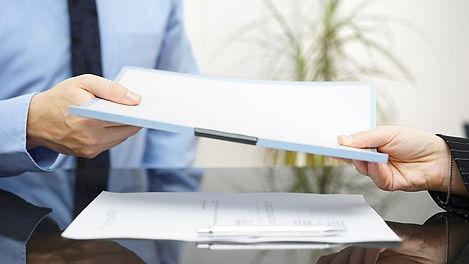 pessoa entregando e recebendo documentos