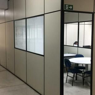 sala de reunião com divisórias.