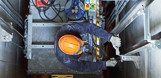 técnico fazendo manutenção elevador
