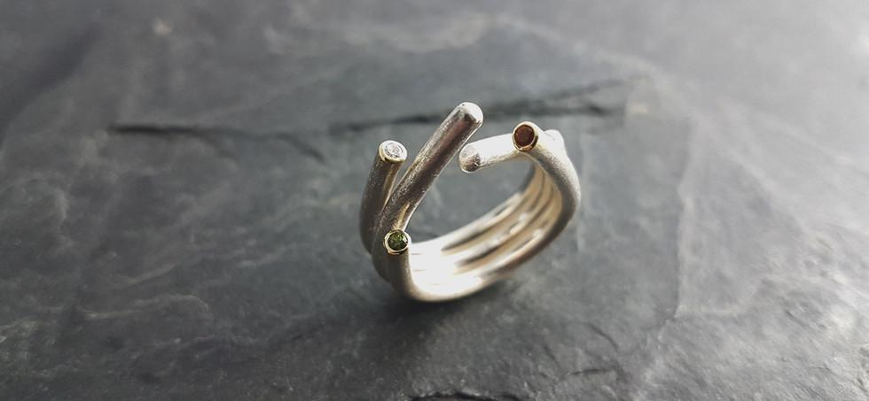 Ring aus 925/- Silber und 585/- Gelbgold mit Perdidot, Granat und Brillant