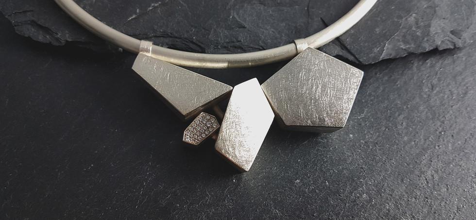 Halsreif mit Anhänger in 925/- Silber mit Zirkonia im Verschnitt gefasst