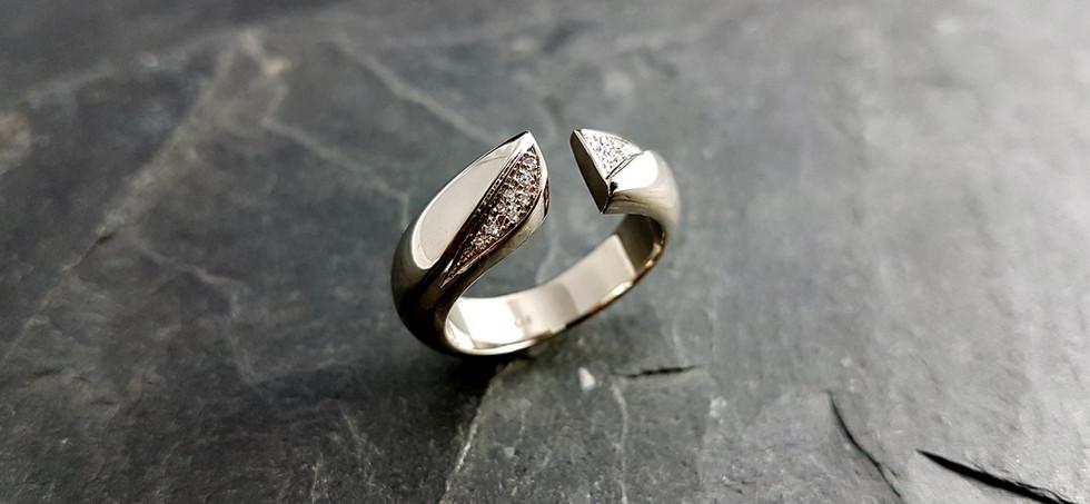 Ring aus 585/- Weißgold mit Brillantenim Verschnitt gefasst