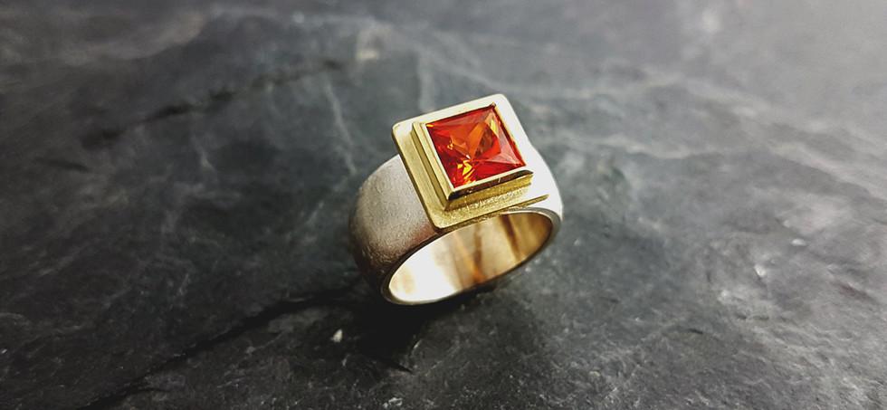 Ring aus 585/- Geldgold und 925/- Silber mit orangenen synth. Padparadscha