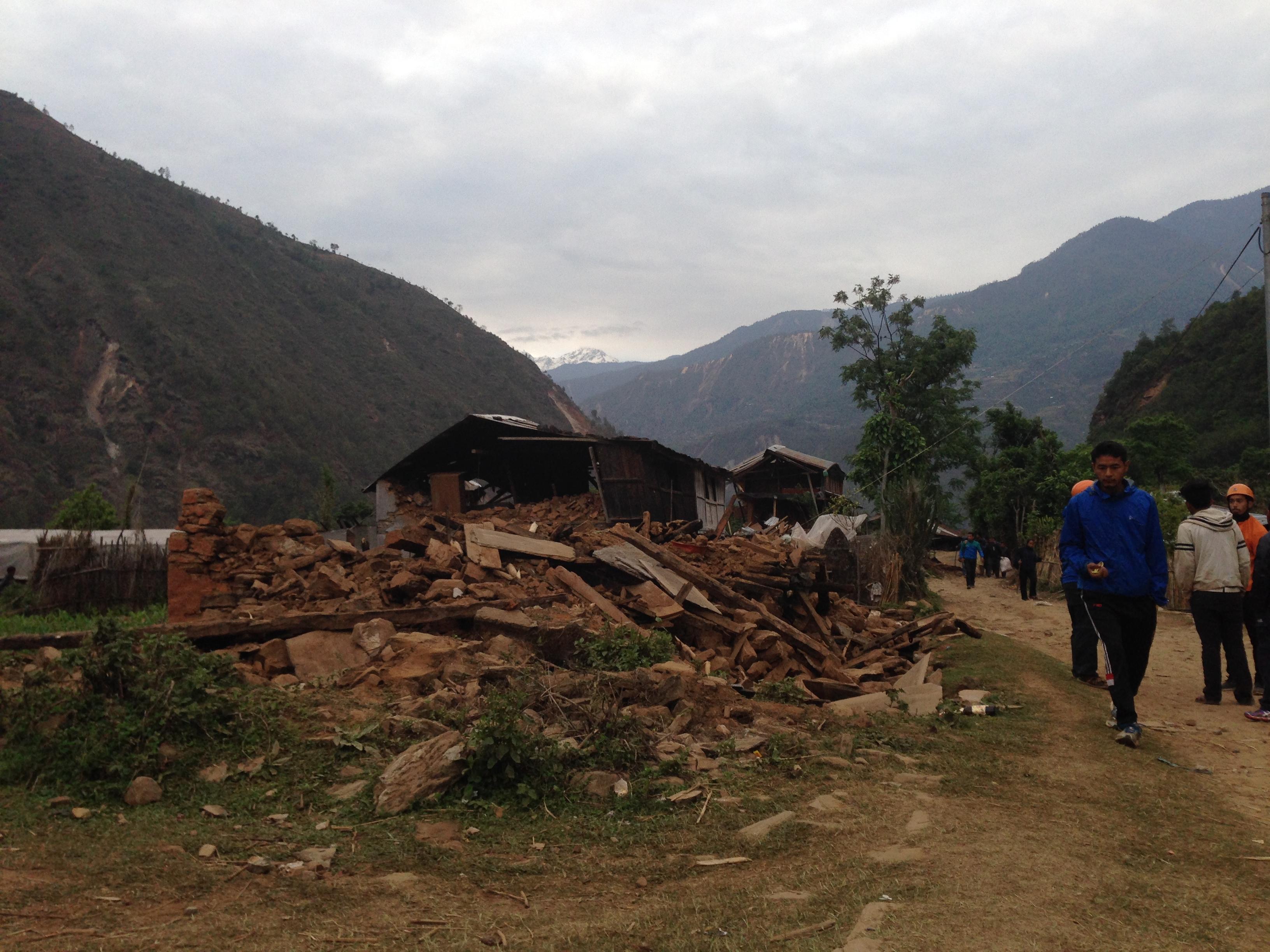 7-nhà cửa đổ nát của dân làng bên sông Koshi -6