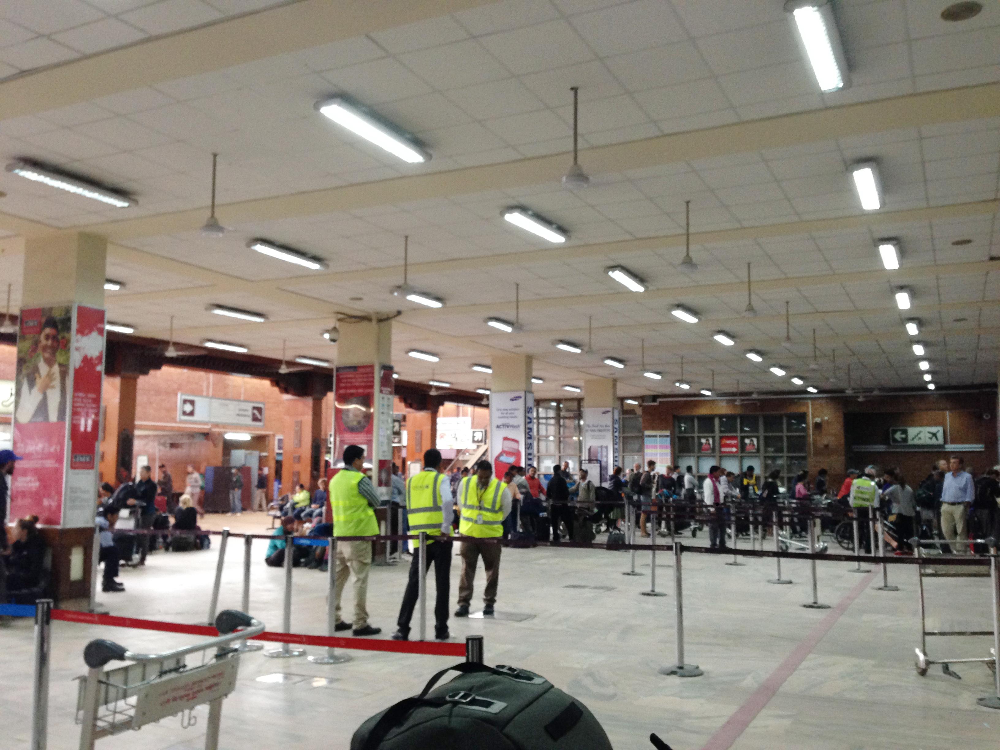 21-mọi người mòn mỏi chờ đợi ở sân bay