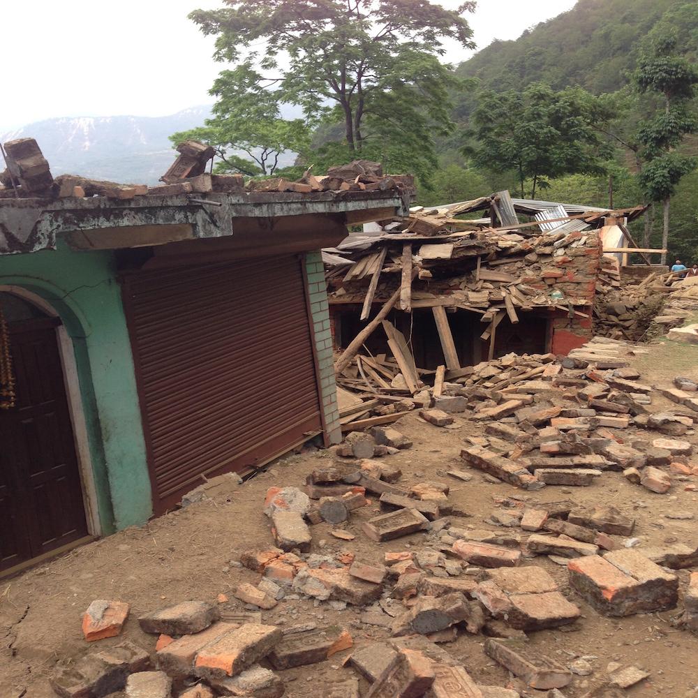 7-nhà cửa đổ nát của dân làng bên sông Koshi - 3