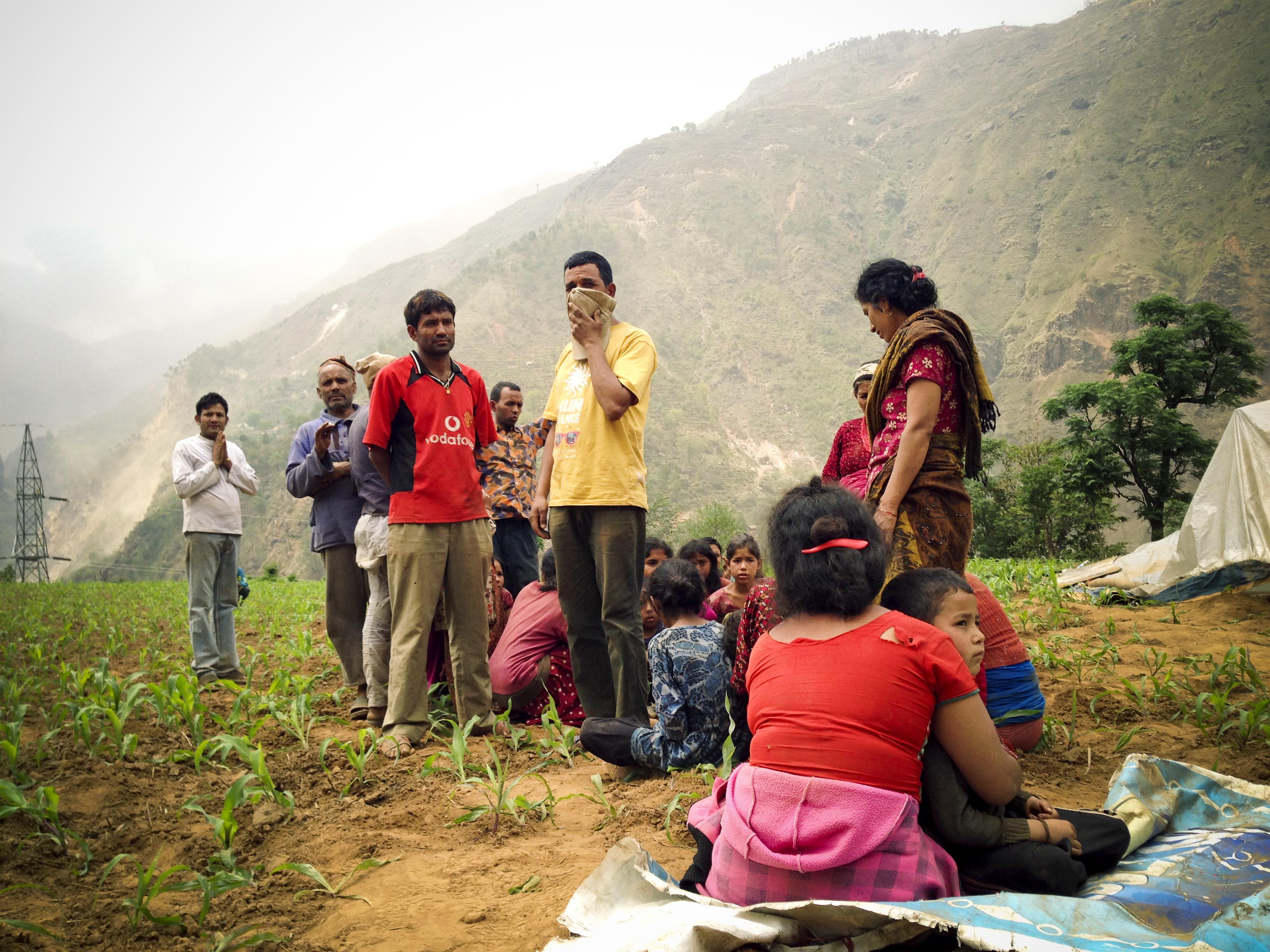 5-dân làng tuyệt vọng trông chờ trực thăng cứu nạn