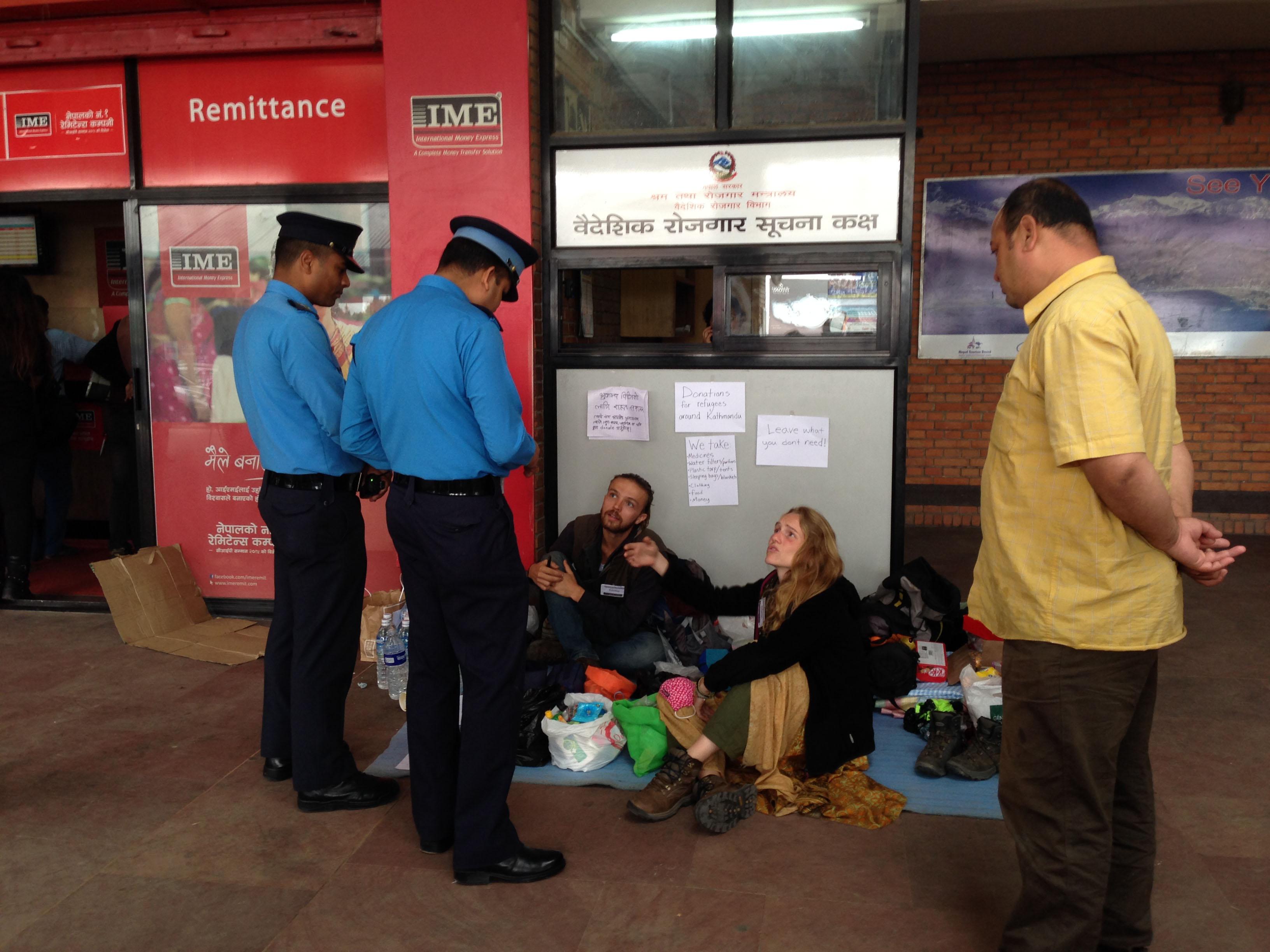21-tôi bỏ lại toàn bộ thuốc men mang theo cho những người tình nguyện ở lại huy động giúp Nepal