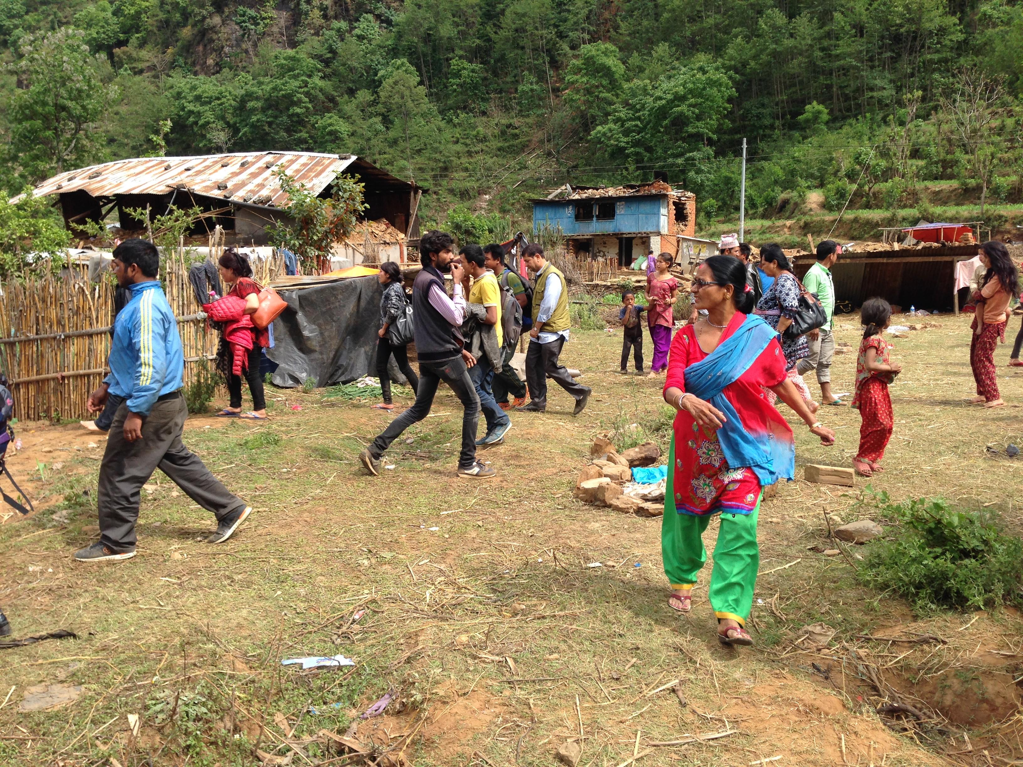 5 - dân làng tuyệt vọng trông chờ trực thăng