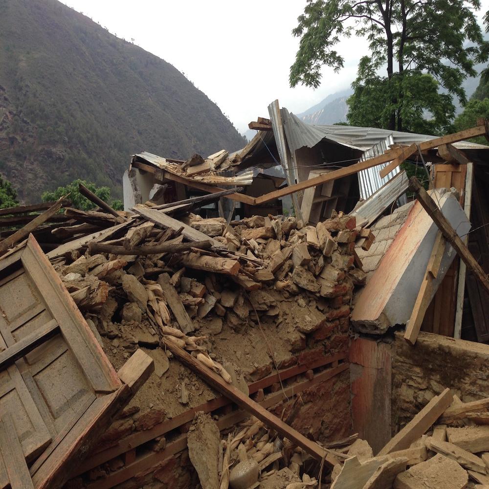 7-nhà cửa đổ nát của dân làng bên sông Koshi - 2