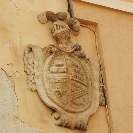 El PSOE reclama inversión para acabar con la campaña de cable aéreo que afea el casco histórico.
