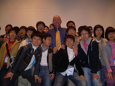 עם תלמידים קוריאנים.jpg