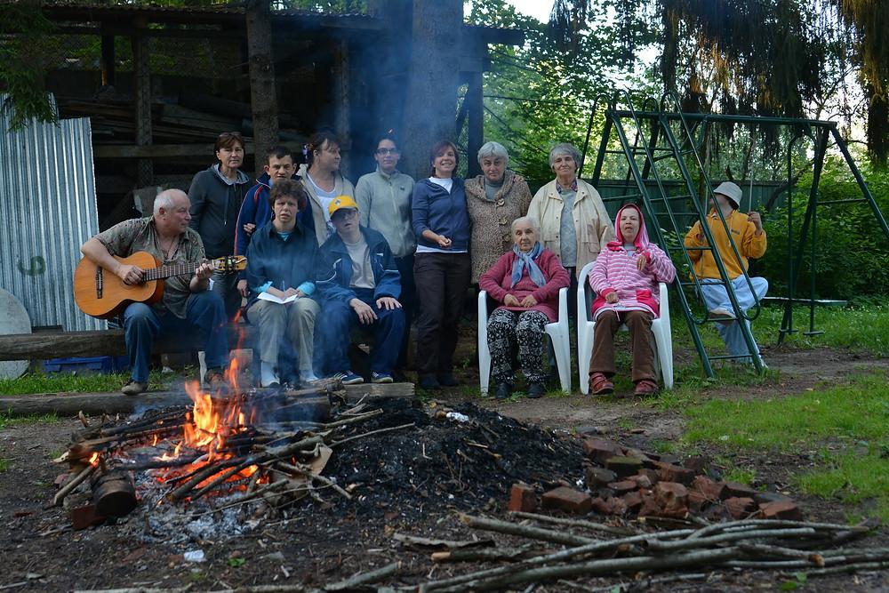 В лагере костер и песни под гитару.