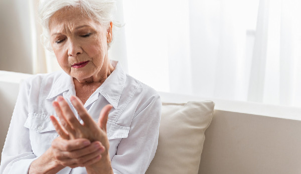 Ways Home Caregivers Can Help Seniors Manage Arthritis Symptoms
