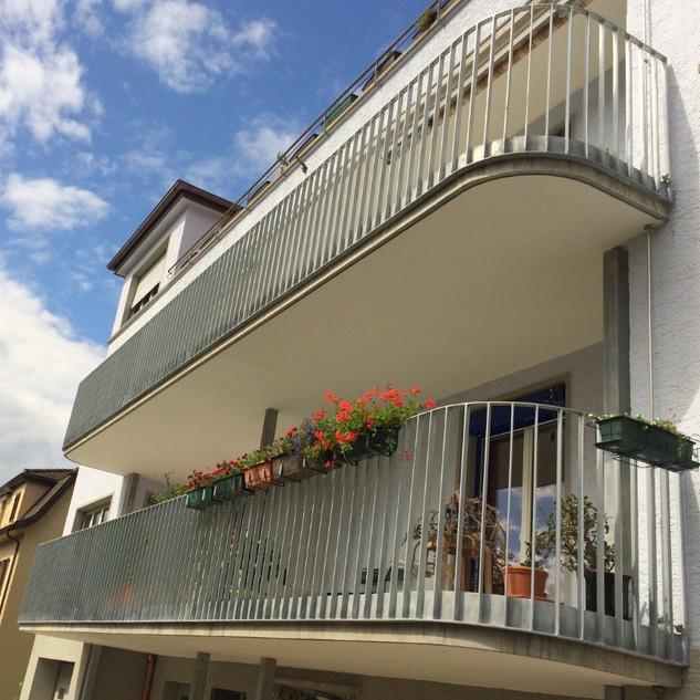 Balkon mit gebogenem Geländer in Zusammenarbeit mit Koller Metallbau erstellt.