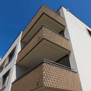 Holz-Metall-Balkongeländer in Zusammenarbeit mit Koller Metallbau erstellt.