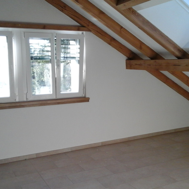 Zimmerfenster und Dachfenster mit Sichtbalken