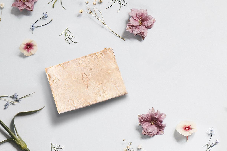 Naturlig tvål och blommor