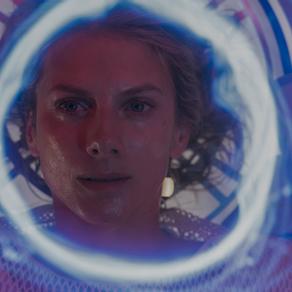 Mélanie Laurent estampa novas imagens do próximo thriller da Netflix: Oxygen