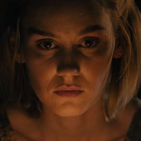 The Girl Who Got Away | Novo filme de terror sobre sobrevivente de assassino ganha novo trailer