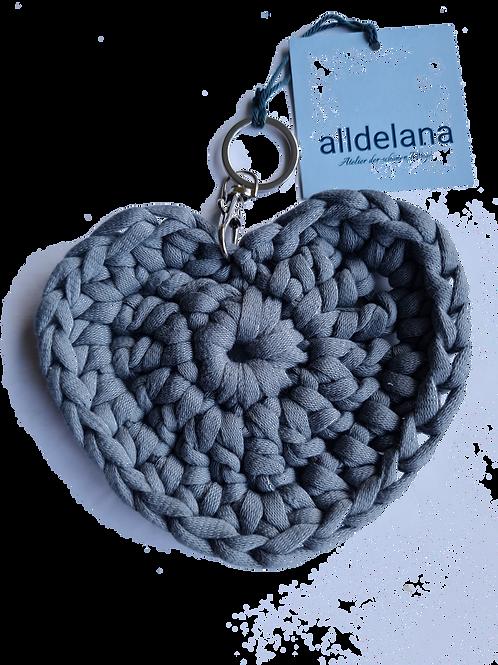 Herzförmiger Schlüsselanhänger, STEINGRAU, gehäkelt, handmade