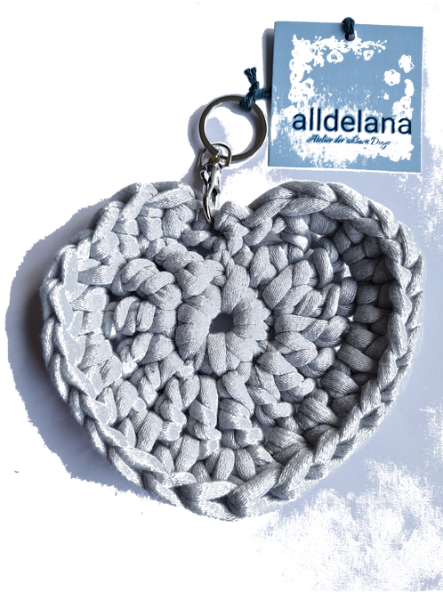 Herzförmiger Schlüsselanhänger, HELLGRAU, gehäkelt, handmade