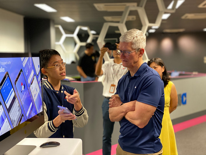 Jia Chen presenting to Apple CEO, Tim Cook