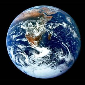 Et si la Terre possédait en réalité trois lunes ?