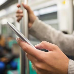 3 personnes sur 4 utilisent leur smartphone pour éviter les contacts humains