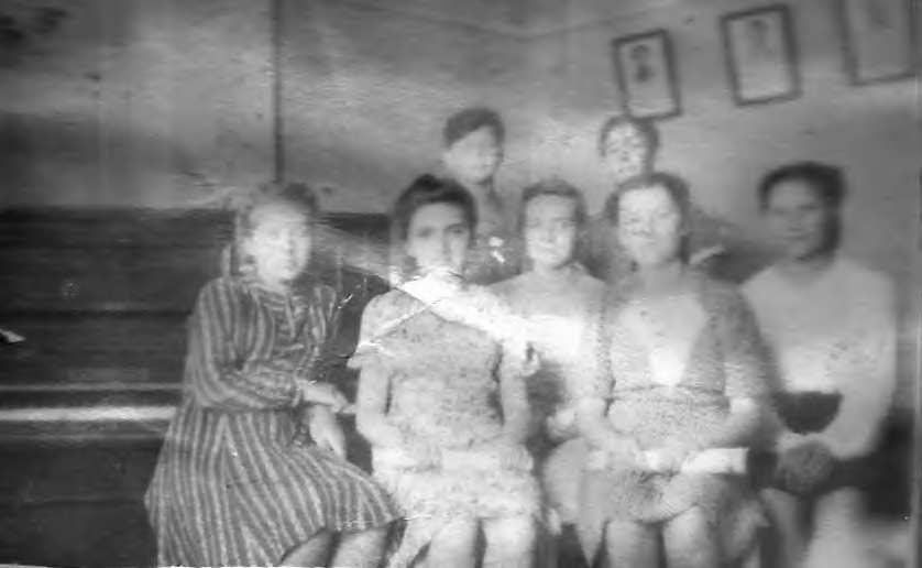 Солисты хора (слева направо) Наташа Миха