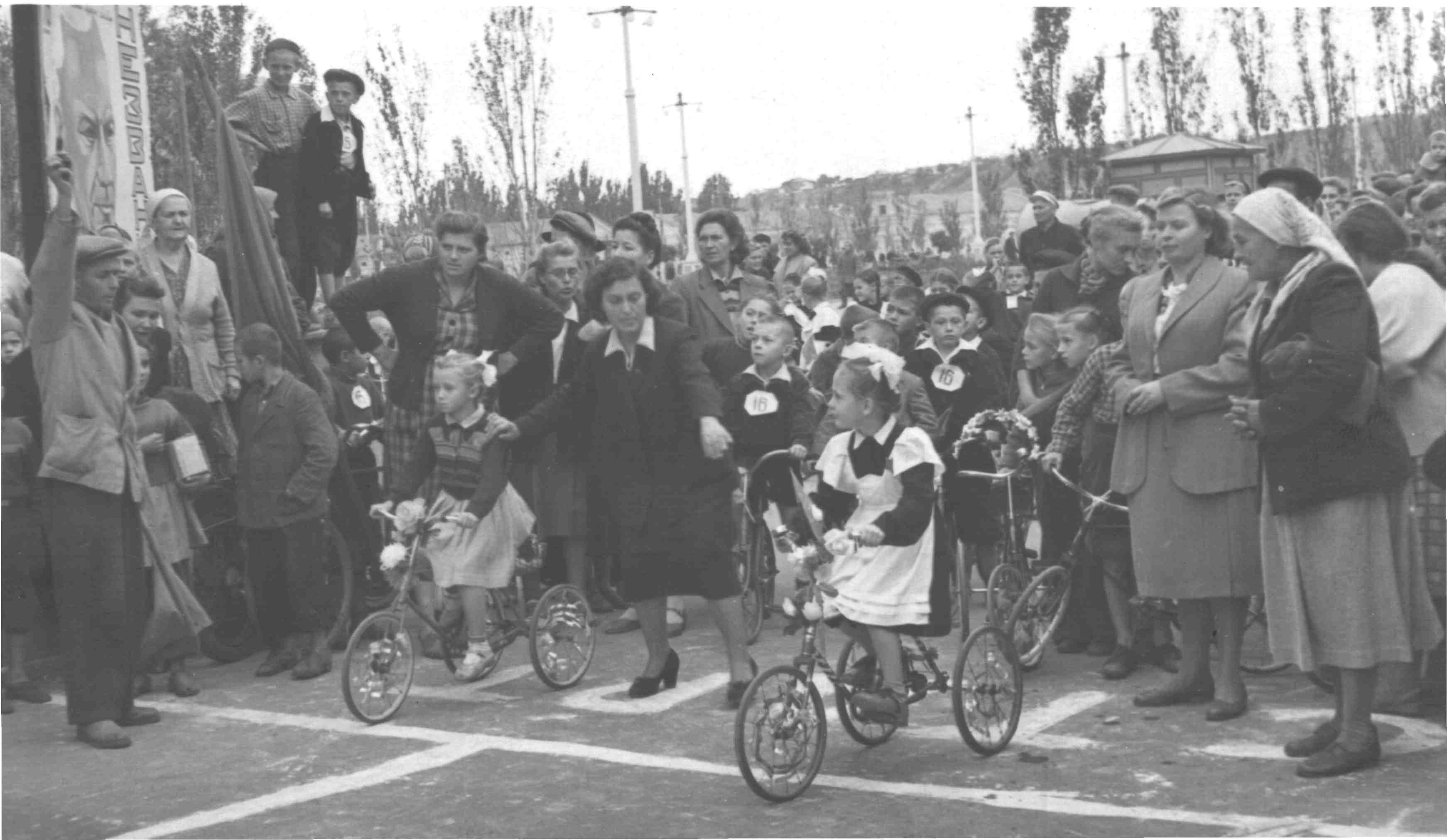 Старт участников забега на 3-х колесных