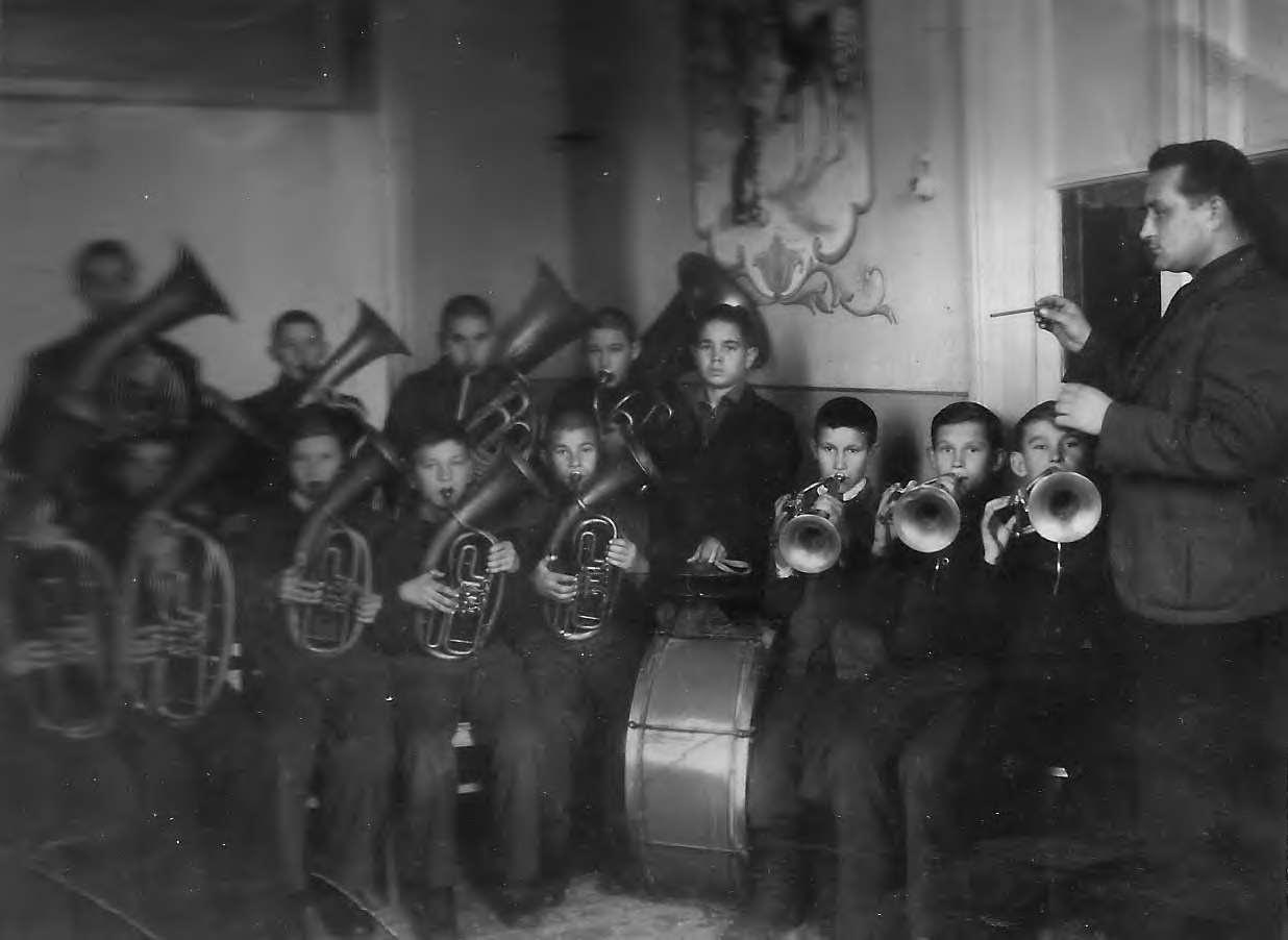 Участники духового оркестра во время реп