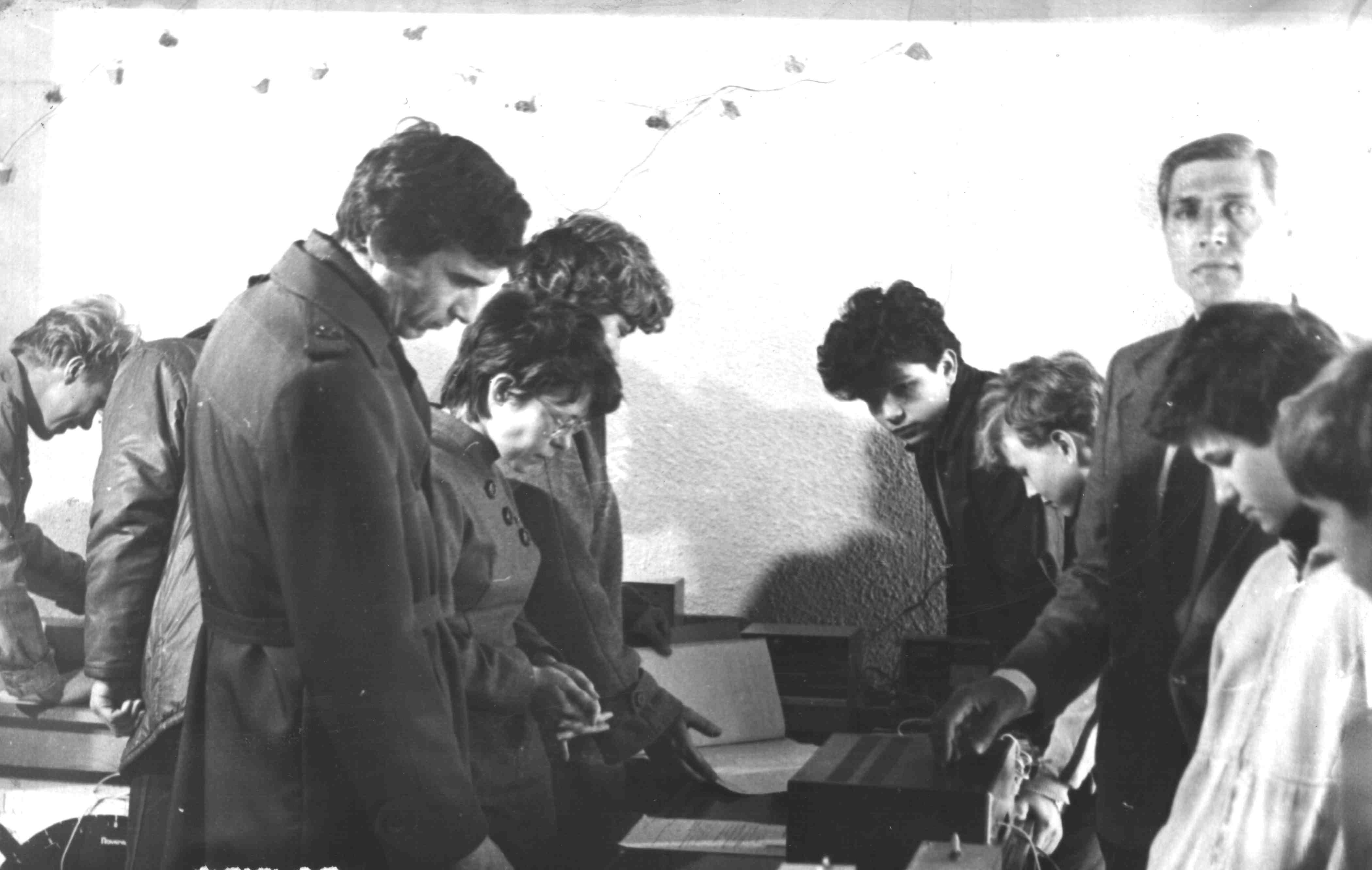 Занятие кружка радиооператоров ведет Пашкульский